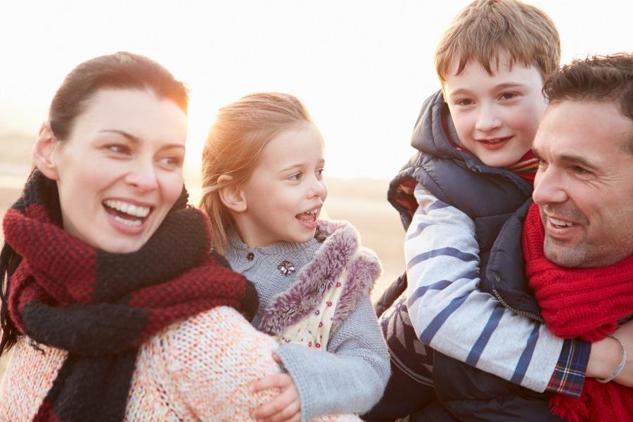 Jong gezin na afloop van een relatietherapie weekend.